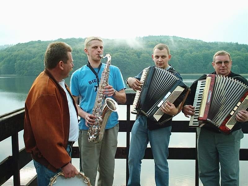 Muzyka ludowa na pomoście w Wieżycy