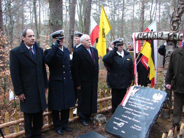 09.12.2006 Odsłonięcie tablicy pamiątkowej w leśnictwie Dywan