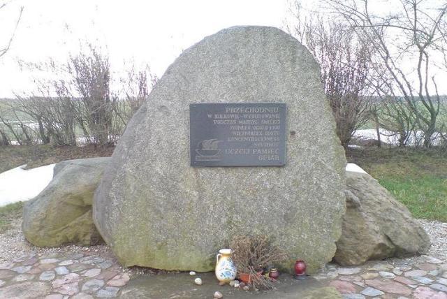 """Strzebielinko. Pomnik ofiar """"Marszu Śmierci""""."""