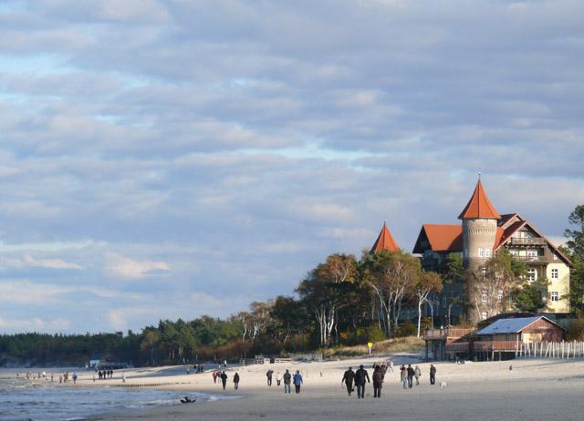 Dom Zdrojowy i plaża na wschód od ujścia Łeby