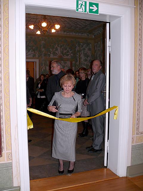 Grażyna Wirkus - autorka i kustosz wystawy przecina wstęgę