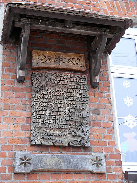 Pamiątkowa tablica na budynku szkoły w Borowym Młynie