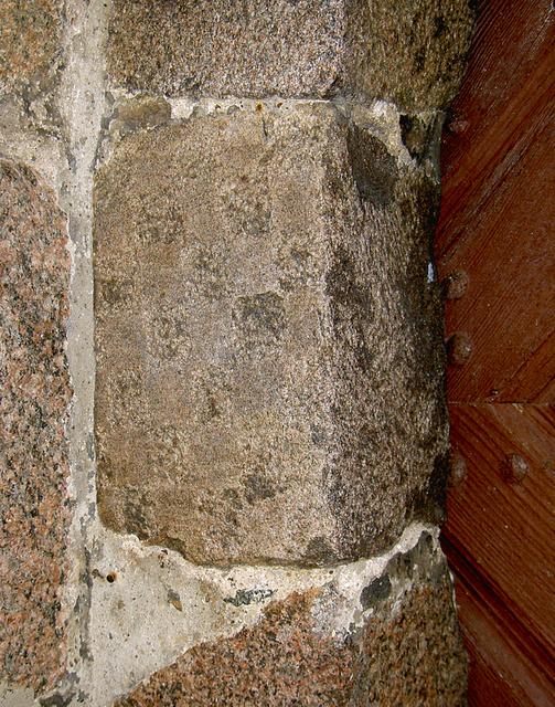 Szachownica w portalu kościółka w Dolsku