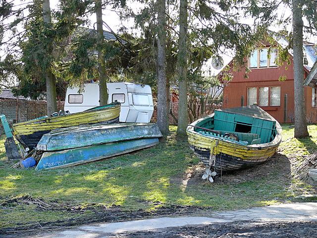 Stare łodzie przy przystani rybackiej