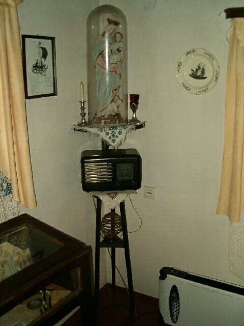 Wnętrze chaty rybackiej - radio pod figurą Matki Boskiej (2605)