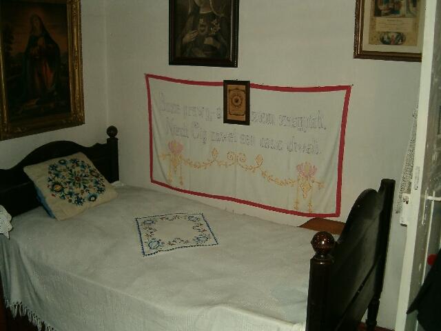 Wnętrze chaty - napis nad łóżkiem (2609)