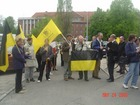 Poparcie dla szkoły w Tuszkowach. Manifestacja przed Urzędem Wojewódzkim