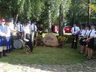 Orkiestra dęta OSP Lipusz przed kamieniem upamiętniającym Trąbę