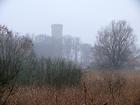 Zamkowy stołp w jesiennych mgłach