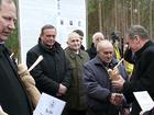 Wicemarszałek Senatu Jan Wyrowiński wręcza laureatom statuetki Bazun